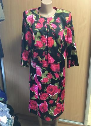Нарядный атласный костюм в розах размер 18