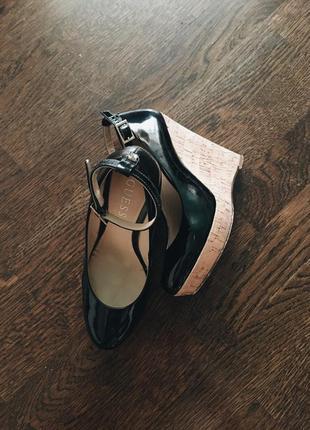 Лаковые туфли guess на платформе