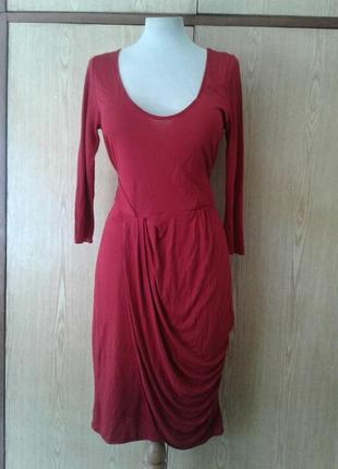 Красное трикотажное платье с глубоким декольте,м-l.