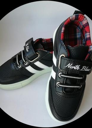 Кроссовки со светящейся подошвой.