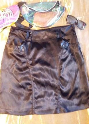 Атласная черная юбка с карманами разрезики сбоку 48-50р.
