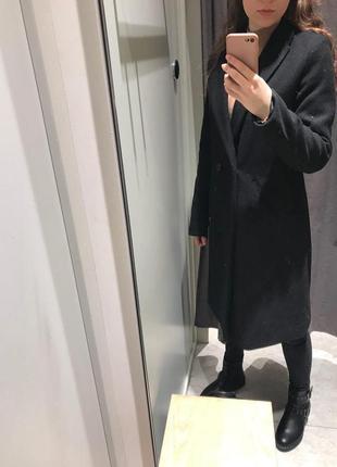 Длинное черное пальто stradivarius
