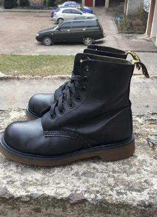 Оригинальные чёрные кожаные ботинки мартенсы dr martens made england