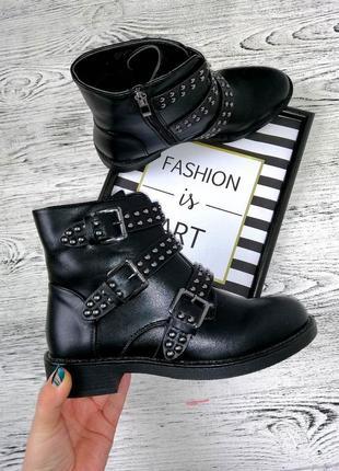 Новые качественные демисезонные ботинки с ремешками очень стильные