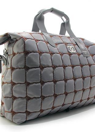 Серая дорожная сумка стеганая текстильная большая на плечо спортивная
