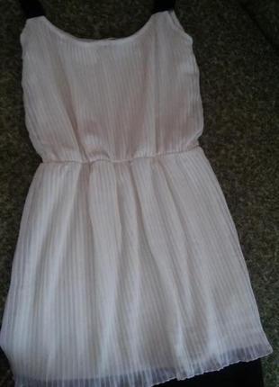 Платье молочного цвета с чорной отделкой