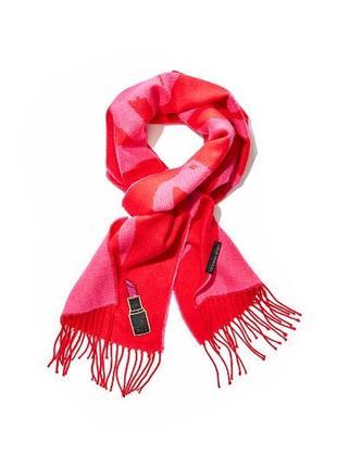 Красивий та яскравий шарф vs