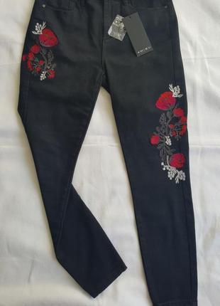 Новые чёрные джинсы с вышивкой цветы