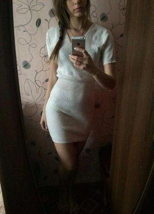 Белое вязаное короткое платье