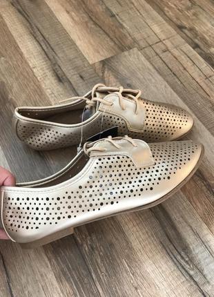 Легкие спортивные туфли кроссовки