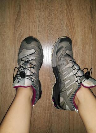 Крутейшие трекинговые непромокаемые кроссовки оливкового цвета salomon