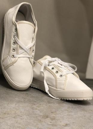 Белые кеды со шнуровкой