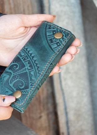 Ключница кожаная темно-зеленая с орнаментом тиснением