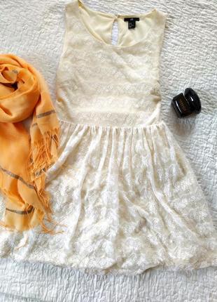 Молочное кружевное платье h&m.