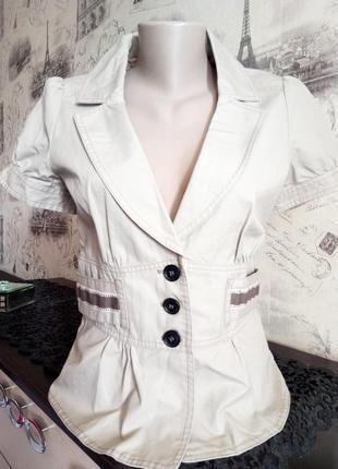 Красивый светлый пиджак пастельного цвета с баской