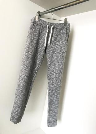 Спортивные женские утепленные серые штаны брюки из трехнитки на манжетах шнурок на резинке