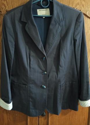Пиджак стильный ann llewellyn, темно-синего цвета, с манжетами белого цвета. раз.евро 40