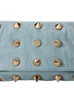 Джинсовый голубой клатч с металлическими золотистыми шипами американского бренда deux lux