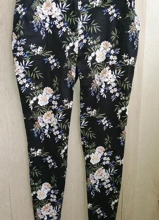 Стильные черные  укороченные брюки в цветочный принт