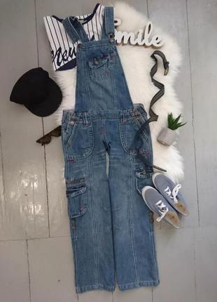 Плотный джинсовый комбинезон с накладными карманами