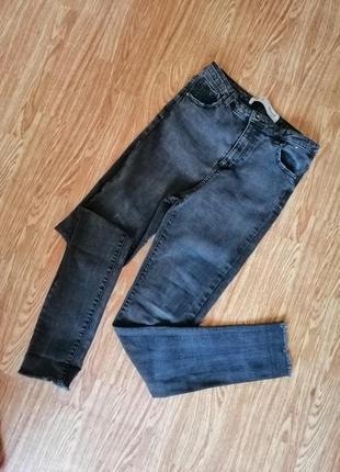 Серые джинсы скинни на высокой талии