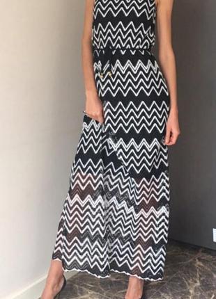 Платье-сарафан из плотного гипюра со стильным