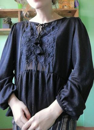 Блуза з вишивкою і широкими рукавами