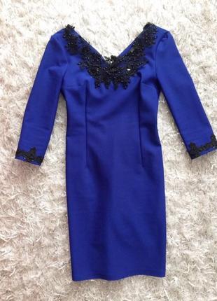Шикарное платье с замком на спине и кружевом