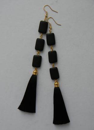 Чёрные серёжки кисточки с стеклянными матовыми бусинами