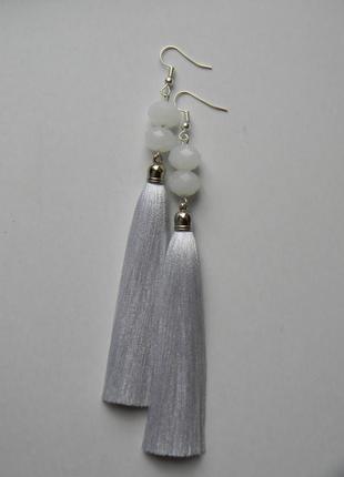 Белые серёжки кисточки с белыми стеклянными бусинами