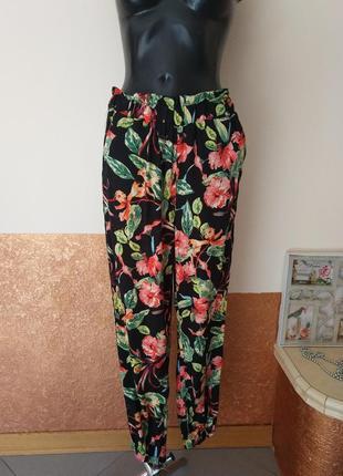 Фирменные стильные штаны с лампасами в цветы .
