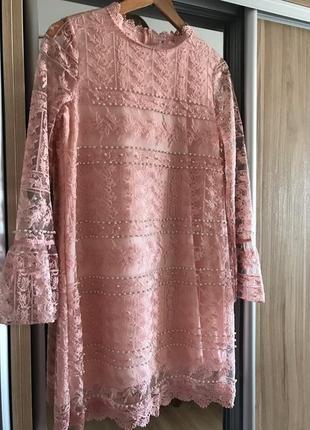 Пудровое платье с бусинками