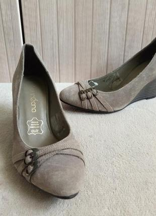 Горячие скидки.замшевые туфли на танкетке 36-37рр laureana