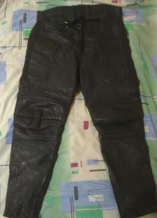 Кожаные байкерские штаны.