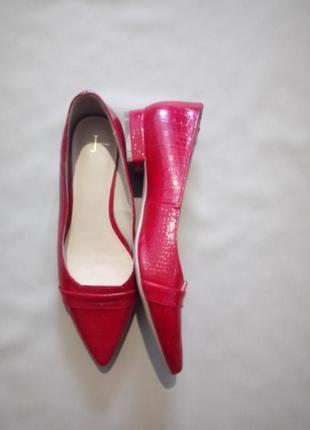 Красные туфли на маленьком каблуке с тиснением под крокодила размер uk 4
