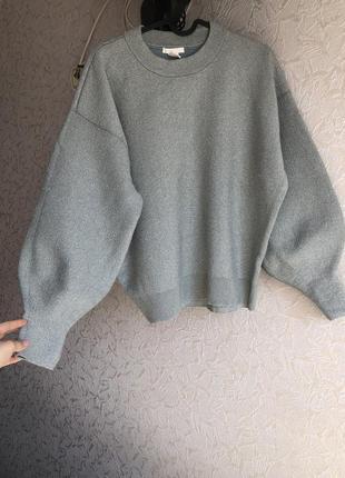 Красивый свитер с объемными рукавами