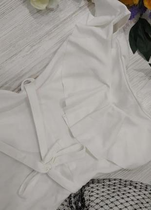 Платье миди с открытыми плечами и оборками