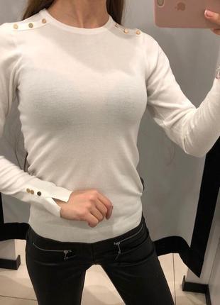 Легкий белый свитерок с пуговками джемпер mohito есть размеры