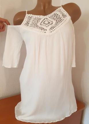 Блуза с открытыми плечами с вышитым кружевом на груди ткань жатка