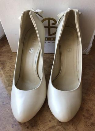 Светлые туфли