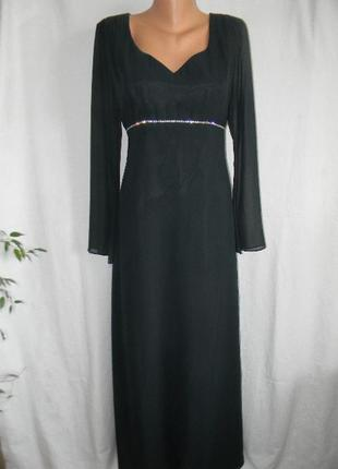 Длинное нарядное платье с украшением