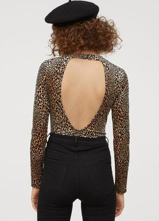Красивый велюровый боди с открытой спиной в леопардовый принт от h&m размер s/36/8.