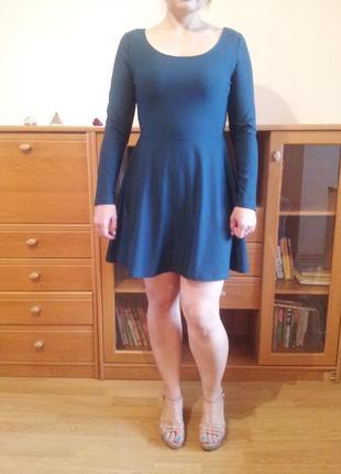 Изумрудно-зеленое расклешенное платье
