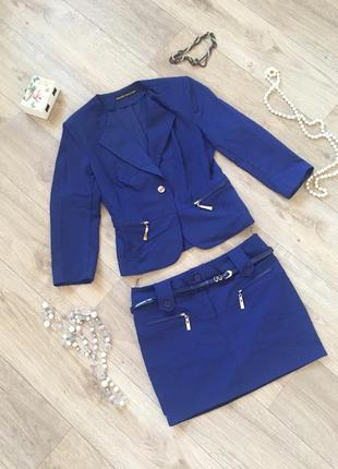 Красивый синий костюм юбка и пиджак