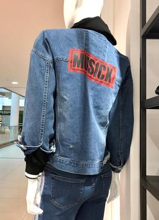 Джинсовая куртка женская oversize с нашивками