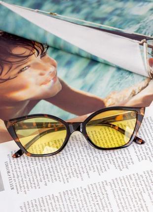 Очки солнцезащитные в пластиковой оправе