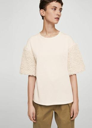 Стильная блуза, футболка mango с меховыми рукавами