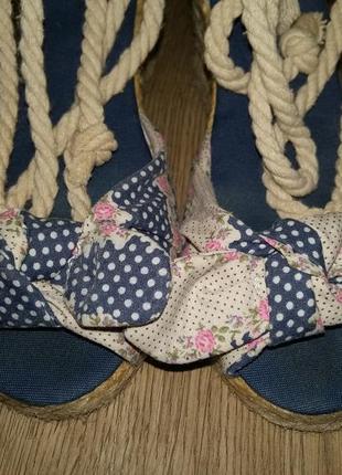 Летние туфли с открытым носком. туфли на танкетке.