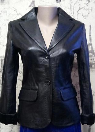 Стильная модная черная кожаная куртка от mango премиум-класса,натуральная кожа,пиджак