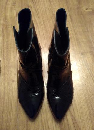Супер шкіряні черевички з орігінальним каблуком.